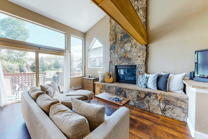 Spacious mountain retreat minutes from Beavercreek w/shared pool/hot tub & patio
