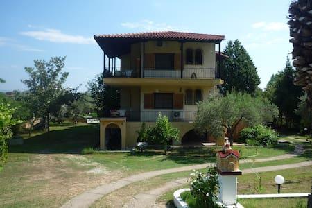 Σπίτι στην Λατούρα (Σιθωνία Χαλκιδικής).