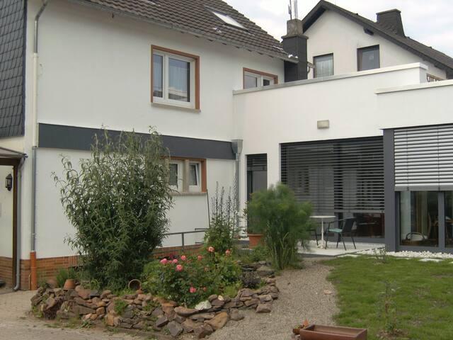 Ferienwohnung mit Sonnenterrasse - Flußbach - Apartment