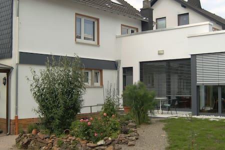 Ferienwohnung mit Sonnenterrasse - Flußbach - Apartamento