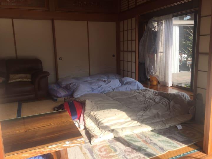 富士も箱根も30分/庭付き駐車場完備で気軽に/高速出口より10分/畳敷で日当たりよい10畳部屋