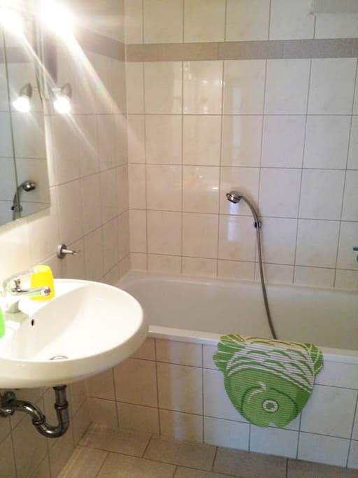 Bad mit Badewanne, Waschbecken und WC