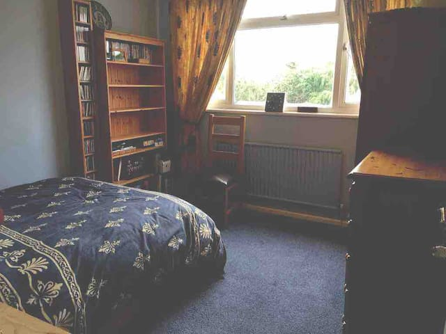 Comfy Cotswolds - spacious DBL bedroom (listing 2)