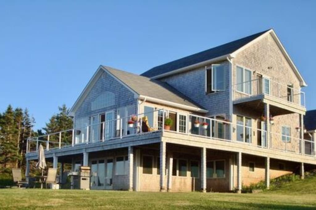 Spacious 5 bed/4 bath executive home overlooking harbor, coast, and Cabot Golf