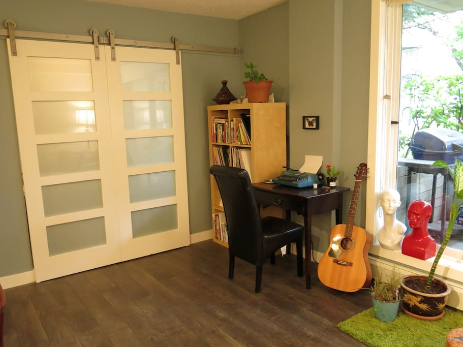 Sliding doors give the option of transforming the apartment into a studio space.