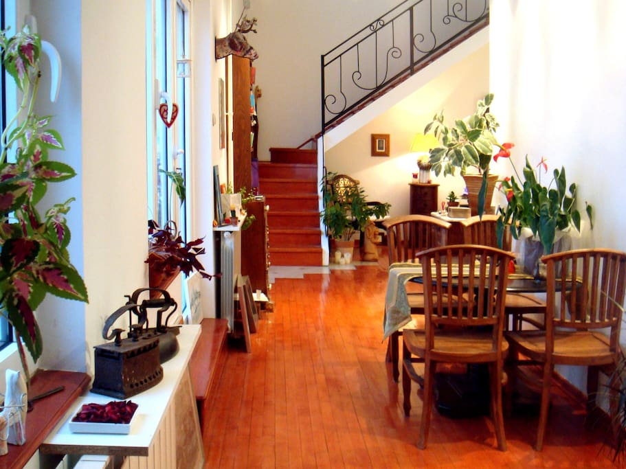 Bright, bright living and dining room