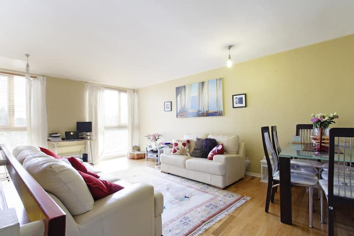 Conveniently Positioned Lovely Bright Clean Room