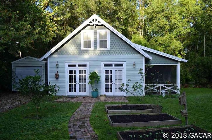 Micanopy Back Yard Cottage