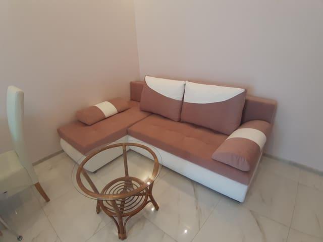Rozkładana sofa w części wspólnej dla dwóch osób