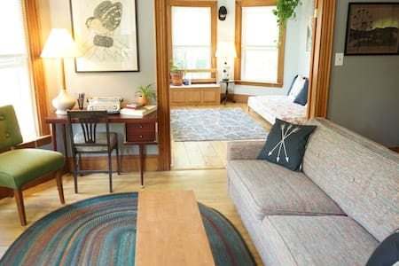 Sunny, Stylish & Spacious Apt on Back Cove