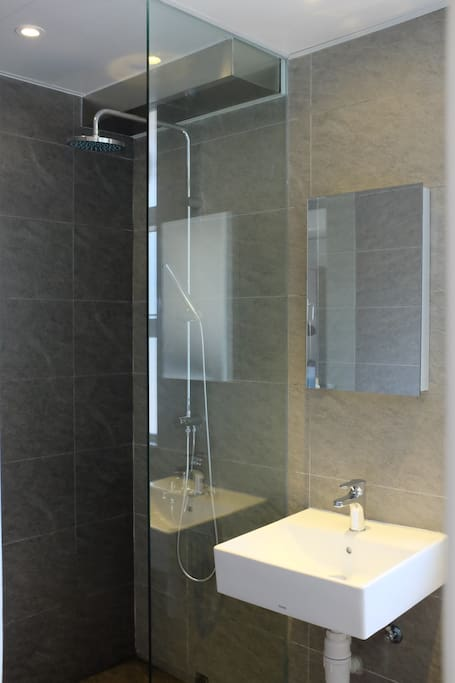 Modern and extra large bathroom specially designed for your enjoyment
