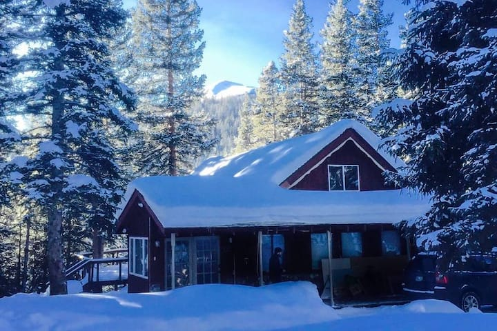 Charming & Modern 4BR Cabin, Close to Skiing!