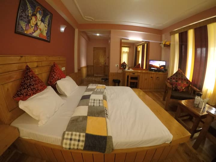 A Luxury BedRoom with Balcony at Kothi,Manali