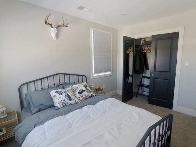 Comfortable & Chic Queen Bedroom near Detroit Zoo - Pleasant Ridge - Huis
