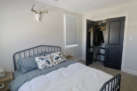 Comfortable & Chic Queen Bedroom near Detroit Zoo - Pleasant Ridge - Ház