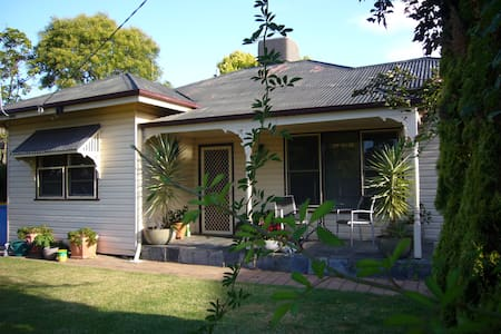 Cosy clean large bedroom in a peaceful home. - Shepparton - Huis
