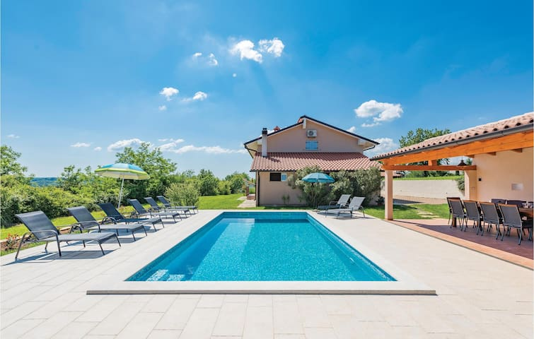 Beautiful Holiday cottage with pool