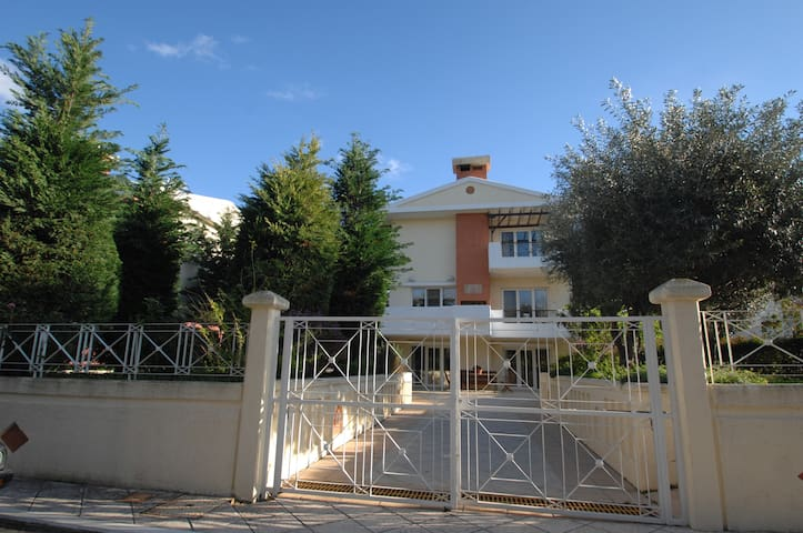 A LUXURIOUS VILLA, 2km FROM THE CENTER OF CHIOS - Chios - House