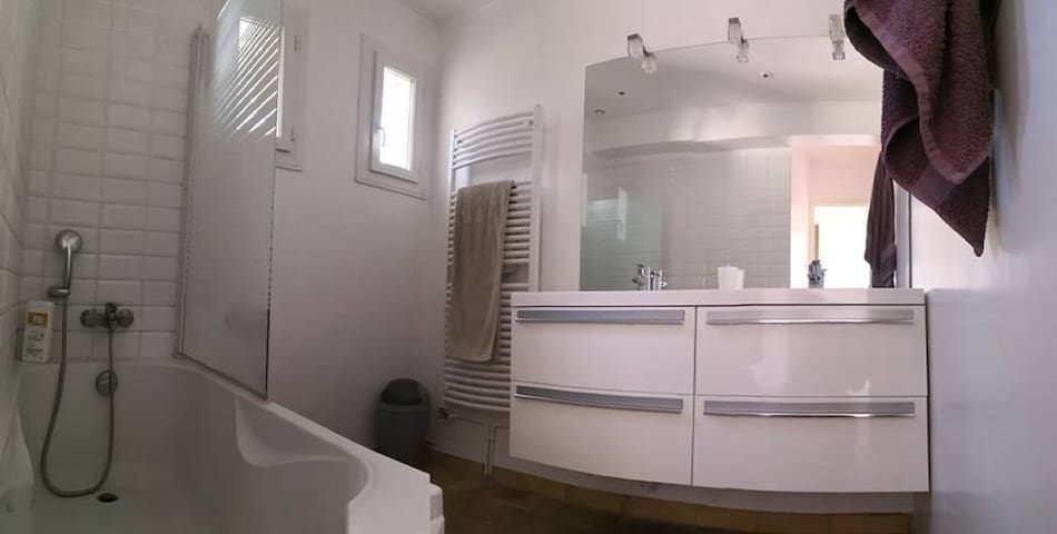 Salle de bains principale, baignoire, 2 vasques