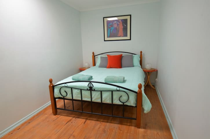 Queen room in superb Richmond location