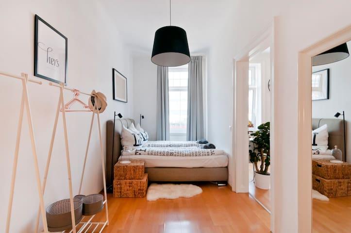 Cozy Apartment + NETFLIX at U6 Dresdner Straße