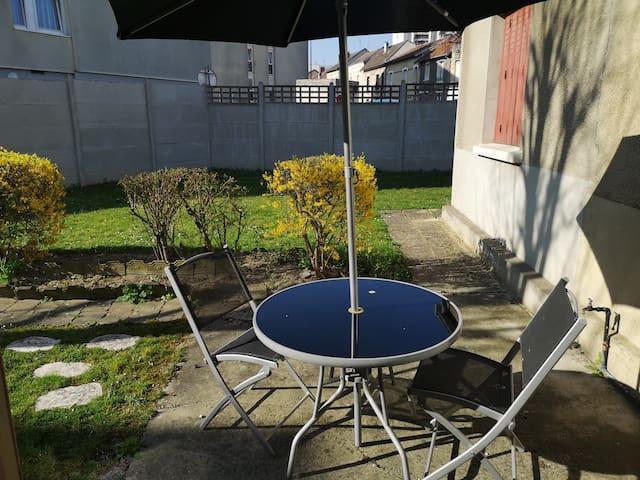 Maison rustique, avec jardin, idéale pour famille.