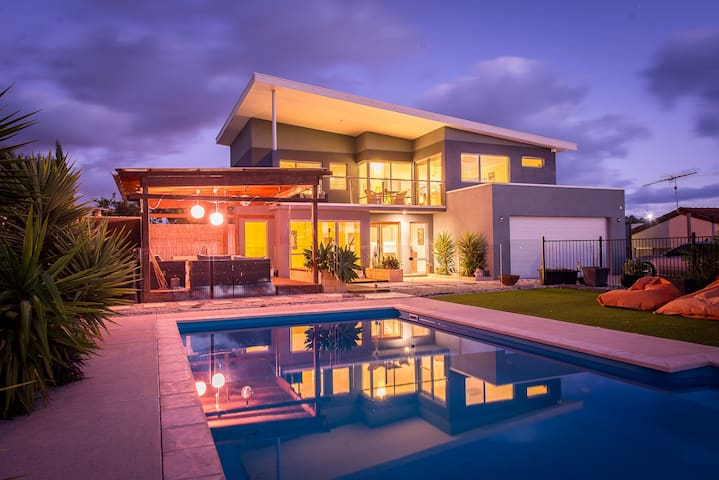 Sunset Vista - Funky Architect House with Pool - Yanchep