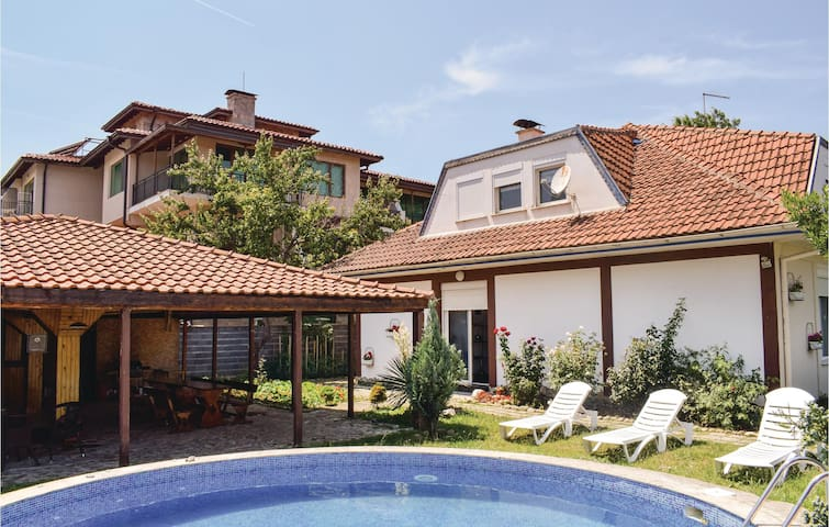 Holiday cottage with 6 bedrooms on 340 m²