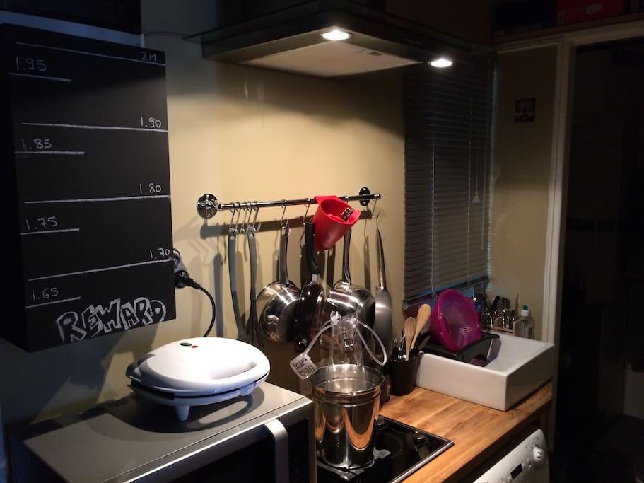 Kitchenette, micro ondes, appareil à croque Mr, plaques  électriques, frigo et machine a laver.