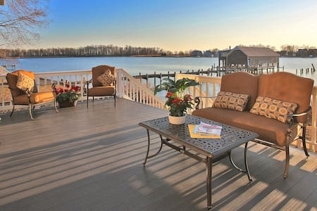 Beautiful Waterfront Home Sleeps 13 - Annapolis