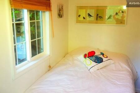 Adorable Garden Cottage (I) - Berkeley - Sommerhus/hytte