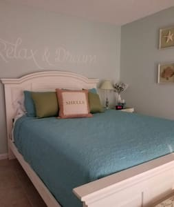 Beachy bedroom with Florida room - Port Richey