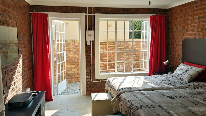 Sunny Hatfield Cottage With WIFI and DSTV Premium - Pretoria - Apartment