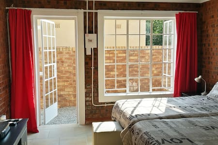 Sunny Hatfield Cottage With WIFI and DSTV Premium - Pretoria