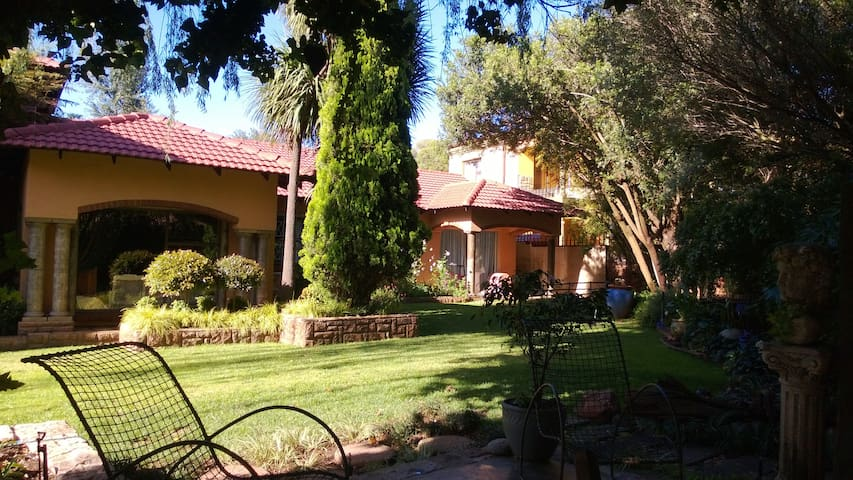 Cozy Bed in Tuscan 5m from Airport - Boksburg - House