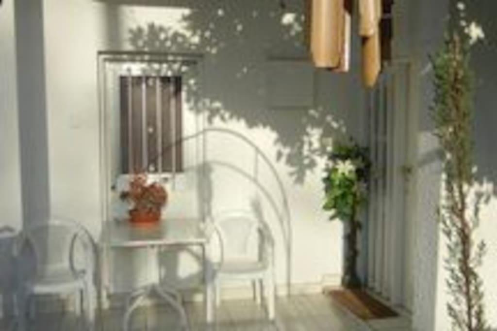 FRONT DOOR SEATIN AREA