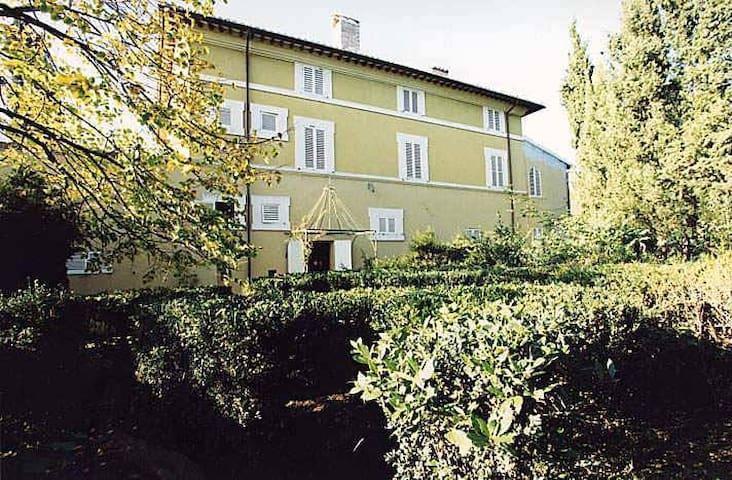 Lato interno camere da letto su giardino all'italiana