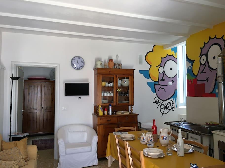 dimora gialla - cucina soggiorno con divano letto