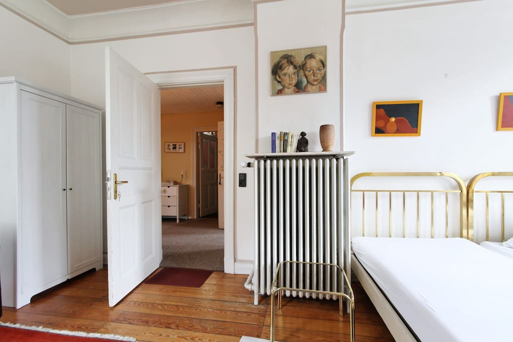 sch nes zimmer in blankenese bed and breakfasts for rent. Black Bedroom Furniture Sets. Home Design Ideas