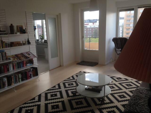 Big 4 bedroom apt. 10 min from city - Solna - Apartment