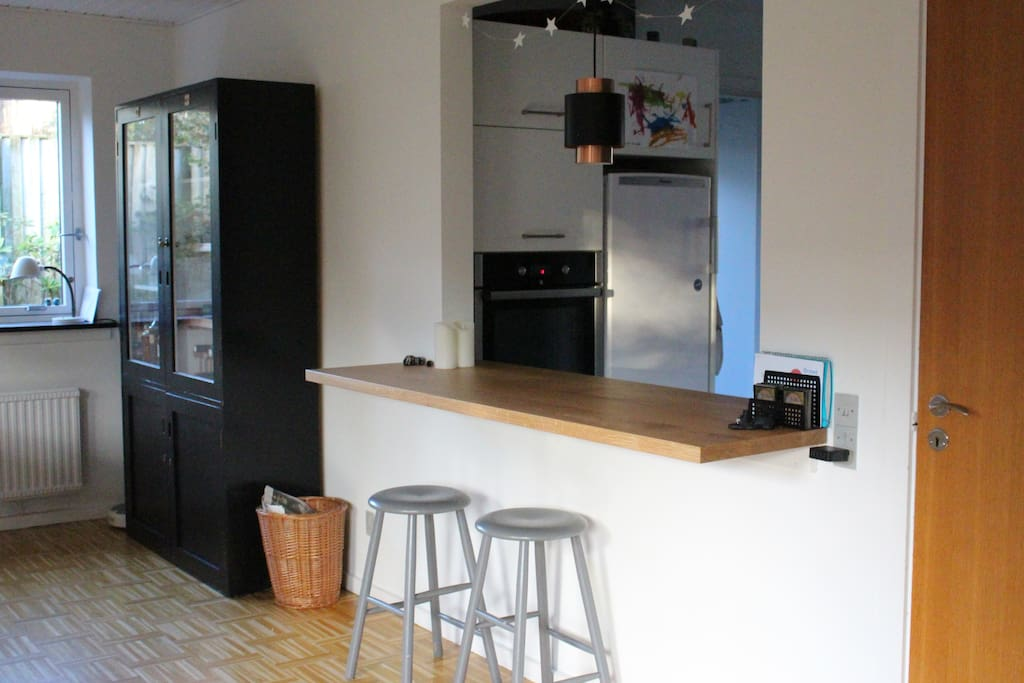 Between the livingroom and the kitchen is a bardesk.
