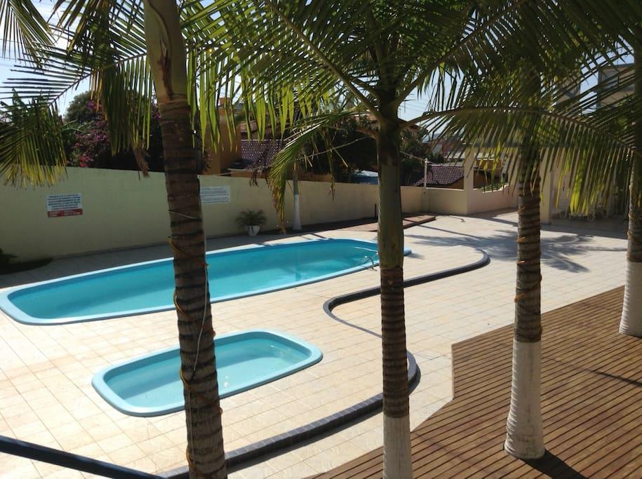 Área de lazer com piscinas adulto e infantil