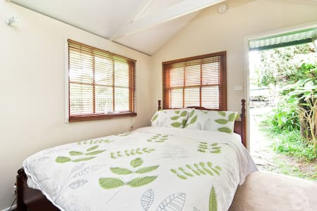 Garden studio with own bathroom - Leichhardt - Chalet