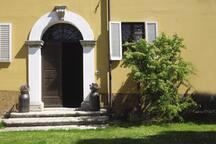 Il portone d'ingresso alla casa