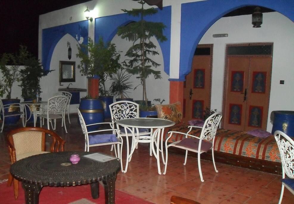 une terrasse au bleu majorelle et thé offert Durant toutes les journées