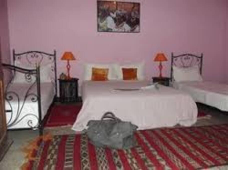 Chambre Aicha confortable un grand lit et deux lit supplémentaires