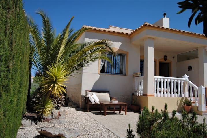 Mar y montaña: casa adosada con vistas a la sierra