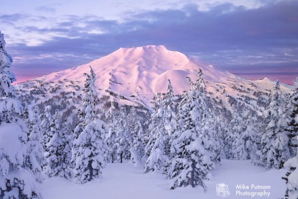 Mount Bachelor is a 30 minute drive from your front door! Be on the slopes in less than an hour!