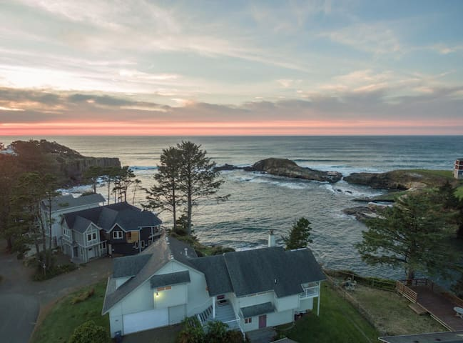 Experience Depoe Bay from the South end of Pirates Cove w/ sleeping for 17!