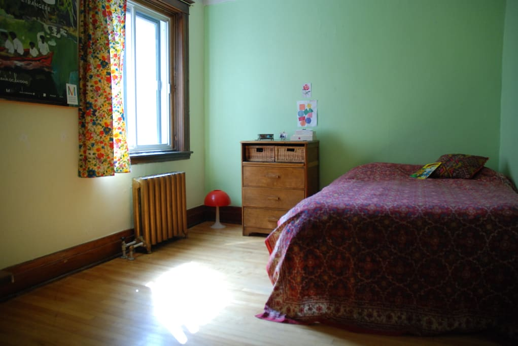 Large Room. Sunny in the afternoon. Double  bed (queen).